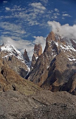 Слева направо: Транго II, Монах Транго, Безымянная Башня Транго, Большая Башня Транго