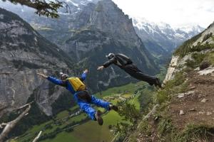 Два «бейсджампера» во время полета на высоте 550 метров по направлению к долине Лаутербруннен. (Keystone)