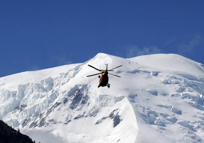 Спасательный вертолет на фоне массива Монблана