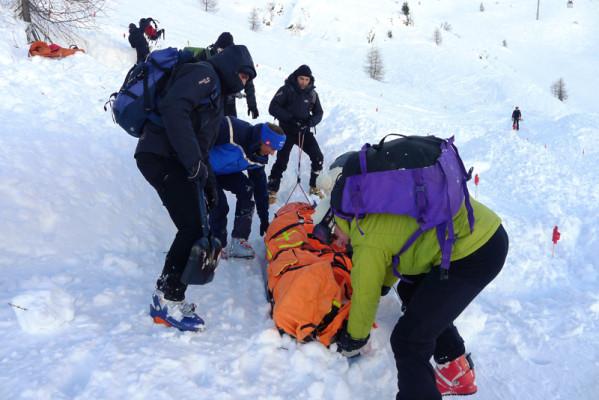 Транспортировка пострадавшего силами группы спасателей.