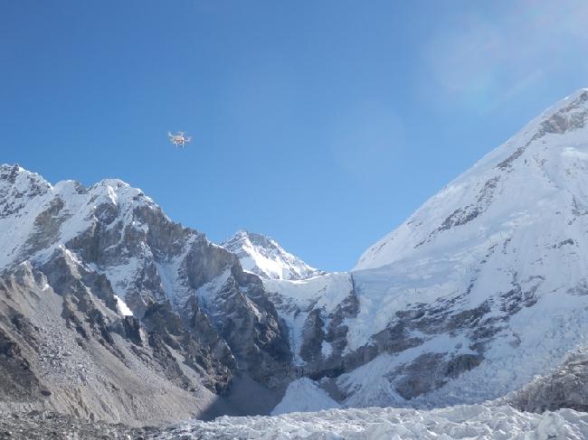 Беспилотный аппарат (квадрокоптер) итальянской команды над ледопадом Кхумбу