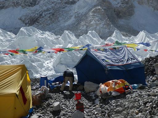 Базвый лагерь на леднике под восьмитысячником Лхоцзе