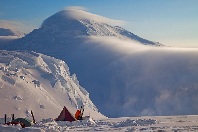 Лагерь на отметке 3350 метров на Западном гребне Денали. Заход солнца за вершиной Crosson.. Фото Jon Griffith
