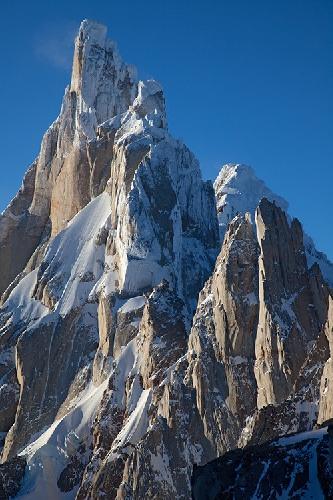 Горный массив Cerro Torre в Аргентине вскоре после восхода солнца . Фото Jon Griffith