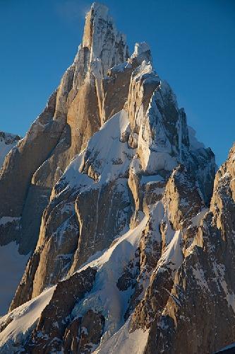 Горный массив Cerro Torre в Аргентине вскоре после восхода солнца. Вид на вершины Cerro Torre, Torre Egger, Cerro Standhart. Фото Jon Griffith