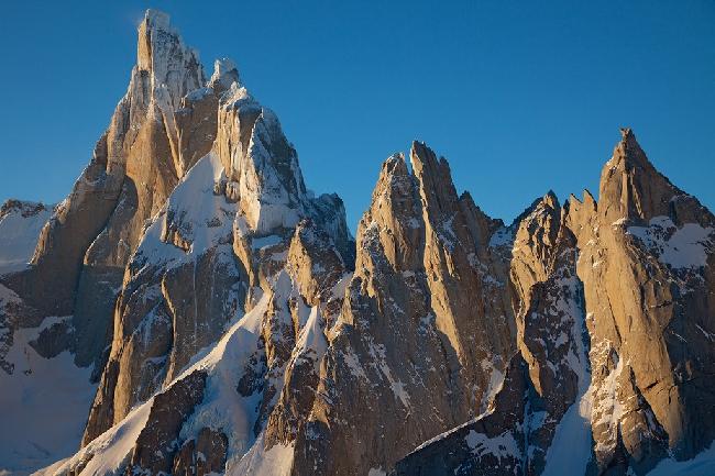 Горный массив Cerro Torre в Аргентине вскоре после восхода солнца. Вид с  Cerro Pollone