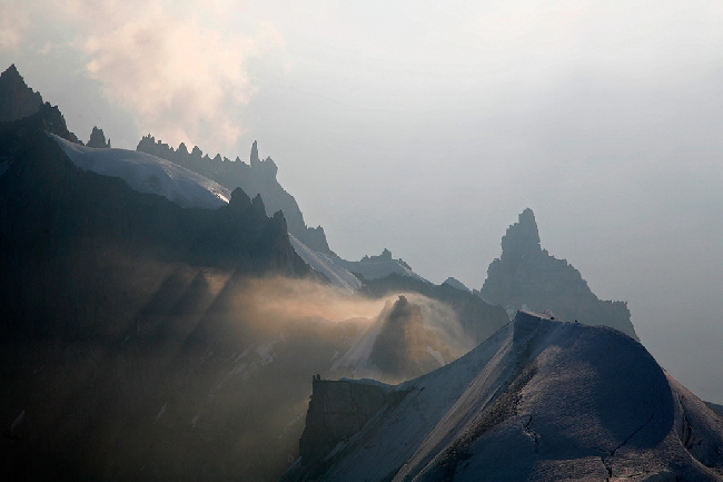 Солнечные лучи на траверсе Midi-Plan, Шамони. Фото Jon Griffith