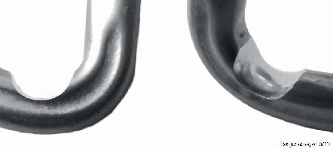 Иллюстрация 16. Износ карабина оттяжки №9. На стационарных оттяжках веревка сильно протачивает карабины, прежде всего – при спусках парашютиком. Если веревка при срыве ложится на острую грань проточки, она может легко оборваться.