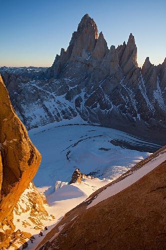 Два альпиниста в утреннем восхождении на вершину Cerro Standhart, Патагония. На заднем плане - Фицрой (Fitz Roy). Фото Jon Griffith