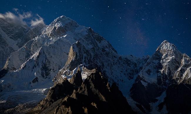 Млечный путь и полнолуние над вершинами К6 Северная (K6 North) и Капура (Kapura), долина Charakusa, Пакистан. Фото Jon Griffith