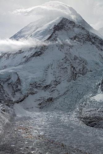 Капризный Эверест. Вид на Базовый лагерь и маршрут по Южному склону. Фото Jon Griffith