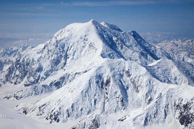Гора Форакер (Foraker) и вид на стандартный маршрут  Денали, Аляска. Фото Jon Griffith