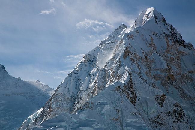 Семитысячник Нупцзе, вид с вершины Пумори. Непал. Фото Jon Griffith