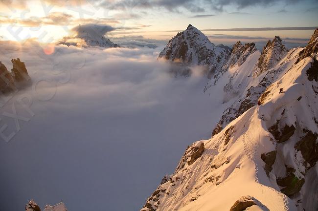 Два альпиниста на хребте Kuffner над морем облаков  в массиве Монблан дю Такул. Фото Jon Griffith