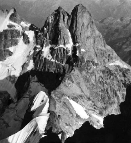 Двойняшка. Вдоль снежного склона Замка (справа) идет узкий скальный гребень и выводит на стену  Вост. вершины Двойняшки – это маршрут 1937 года.  (Фото П.П.Захаров)