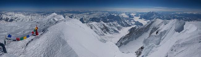Вид с высочайшей горы Северной Америки - Денали. Вид на вершины Hunter и Foraker. Аляска. Фото Jon Griffith