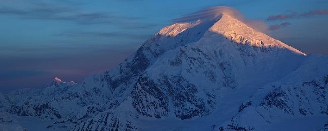 Рассвет на горе Foraker. Вид с вершины Kahiltna Queen, Аляска. Фото Jon Griffith