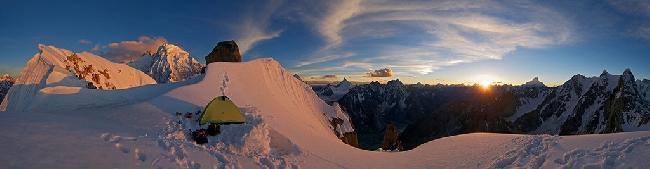 Закат над долиной Чаракуса (Charakusa Valley). Фото с бивуака на вершине Sulu Peak (6050m). С лева виден пик К7. Над долиной возвышаются гиганты Дрифка (Drifika), Машербрум (Masherbrum), и Чоголиса (Chogolisa). Фото Jon Griffith