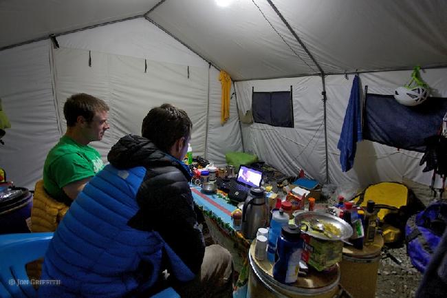 в ожидании погоды в Базовом лагере