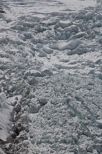 Ледопад Кхумбу - самое опасное место на стандартном маршруте восхождения на Эверест. Фото Jon Griffith