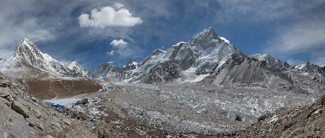 Вид из Gorak Shep на долину Кхумбу на пути к Базовому лагерю Эвереста. Слева - Пумори, справа - Нупцзе . Фото Jon Griffith