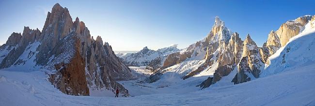 Рассвет над вершинами Фицрой (Fitz Roy, слева) и Церро Торре (Cerro Torre, справа) в Патагонии. Вид с маршрута восхождения на  Cerro Piergiorgio. Фото Jon Griffith