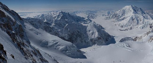 Вид из лагеря Camp 17 на Западном контрфорсе горы Денали на вершины Национального Парка: Hunter (слева) и Foraker (справа). Фото Jon Griffith