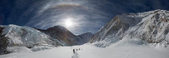 Эверест. Между высотными лагерями Camp I и Camp II. Лхоцзе - посередине, Эверест - слева, Нупцзе справа. Фото Jon Griffith