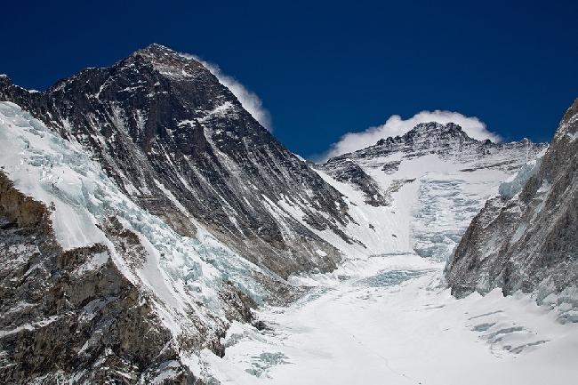 Эверест. Альпинисты совершают восхождение между высотными лагерями Camp I и Camp II. . Фото Jon Griffith