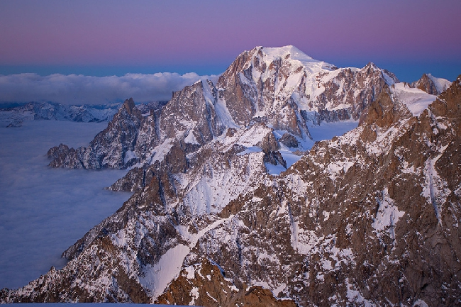 Зимний рассвет над Монбланом. Вид с вершины Гран Жорасс (Grandes Jorasses). Море облаков накрыло Италию.. Фото Jon Griffith