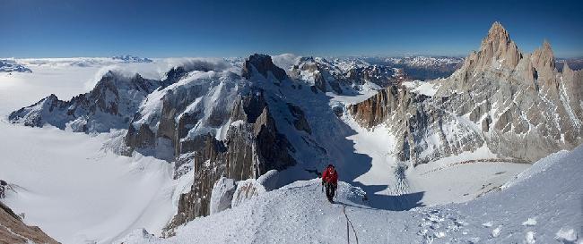 Предвершинный гребень горы Cerro Standhart. Слева - океан Патагонского льда, справа - массив Фицрой ( Fitz Roy). Фото Jon Griffith