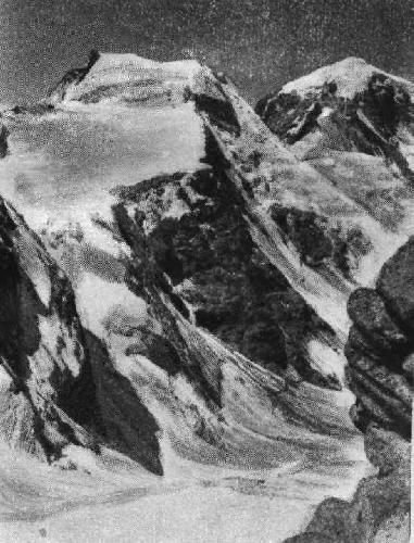 Пик Амбарку (с вершины пика Имаст). Виден крутой ледник, по которому группа В. Буданова под¬нялась на предвершинное плато.  (Фото В. Гусева. 1947)