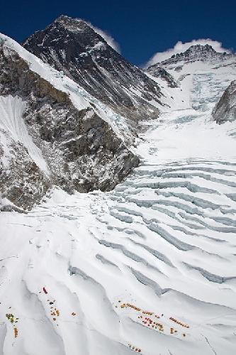 Высотный лагерь Camp I на склоне Эвереста. Прямо по курсу - Лхоцзе. Фото Jon Griffith