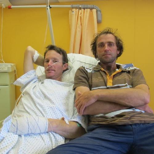 Стефан Бенуа (Stephane Benoist) и Янник Гразиани (Yannick Graziani) в больнице, после восхождения на Аннапурну
