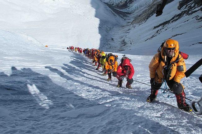 Очередь из альпинистов на Эверест в мае 2012 года