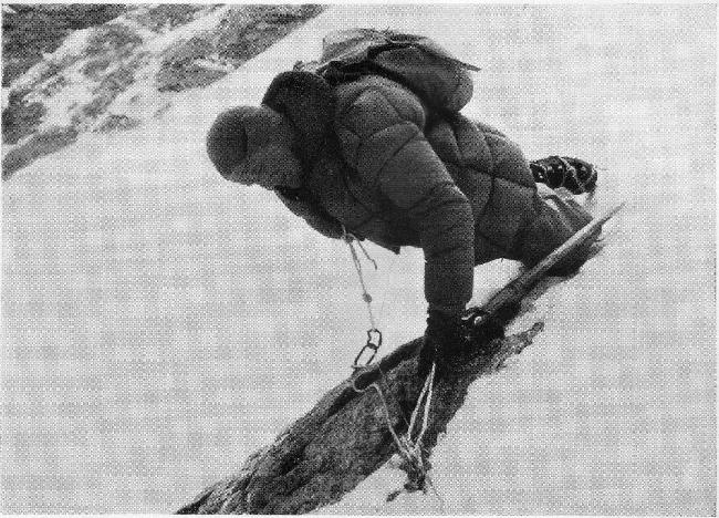 Циги Лёв на ледовом участке между высотными лагерями Camp I и Camp II при восхождении на Западной стене Нангапарбат в 1961 году