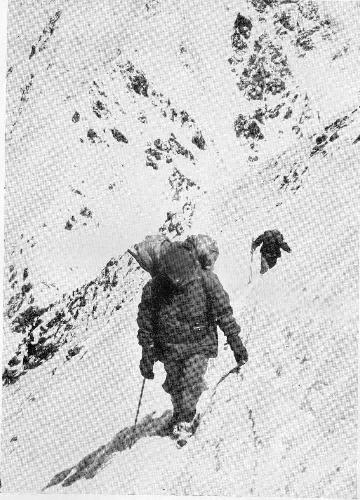 Андерль Маннхардт ( Anderl Mannhardt) на первом траверсе на пути к высотному лагерю Camp III на западной стене Нангапарбат.  Экспедиция Херлигкоффера, 1962 год