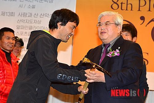 Ясуси Яманой (Yasushi Yamanoi) получает награду Золотой Ледоруб Азии 2013 года (Piolets D