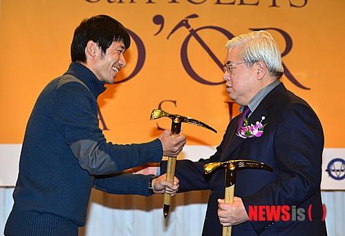 Ясуширо Ханатани (Yasuhiro Hanatani)  получает награду Золотой Ледоруб Азии 2013 года (Piolets D