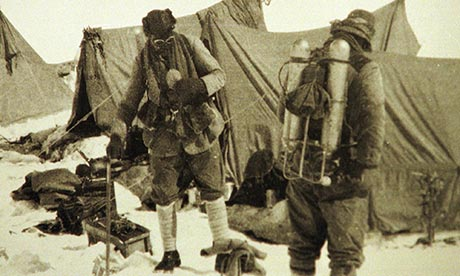 """Джордж Мэллори (George Mallory) и Эндрю «Сэнди» Ирвин (Andrew """"Sandy"""" Irvine). 1924 год, Эверест. Это последняя фотография перед тем как оба альпинисты исчезли на Эвересте"""