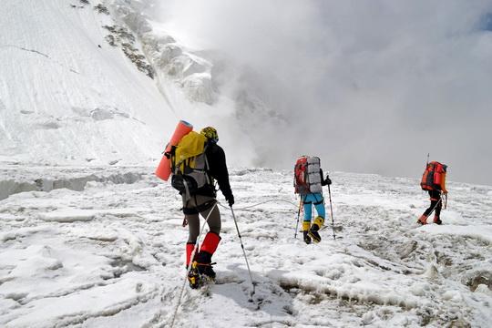 Возвращаемся. Петляем по леднику Москвина. Мне казалось, что все просто, и нужно брать левее; но благодаря усилиям икспертов - мы немного попетляли.