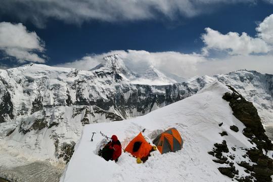 """На Корженеву мы поднимались так: база-5300-6300-(вершина)-6300-база. Переход от 5100 к 5300 делали по леднику (те кто похитрее), чтобы не попасть на """"стандартной"""" тропе в камнепад. Обход по леднику очень даже неплохой. Это лагерь 6100, мы посмотрели-посмотрели, поняли, что местов нема (а нас, как ни крути, планировалось 16 человек) и поперлись выше."""