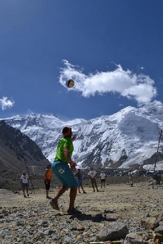 Заслуженный отдых. Коротаем время в лагере за игрой в волейбол. Вы пробовали играть в волейбол на 4300? То еще занятие, доложу вам. Рукой махнешь, а отдышка, как на 17-й этаж заперся. Играли в основном составом Донбасс-Таджикистан.