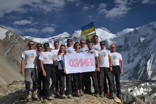 Типа наша банда, на заднем плане флаг Украины, флаг Донецкой области, а на переднем - флаг Физического института им. П. Н. Лебедева РАН