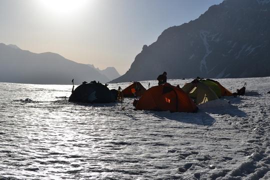 Первый выход у нас был на пик Чертырех. Ночевка на леднике Москвина под горой