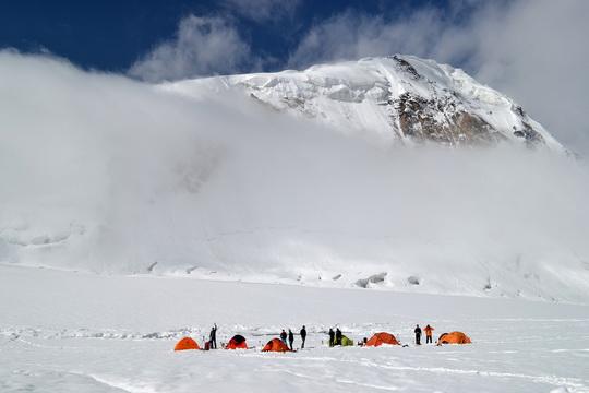 Это уже спуск с пика Четырех. Лагерь на леднике Москвина, на заднем плане пик Воробьева