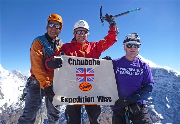 На вершине Чхубохе (Chhubohe, 5640 м). Слева направо: Пасанг Шерпа (Pasang Sherpa), Буг Райтсон (Bug Wrightson), Брайан Джексон (Brian Jackson)
