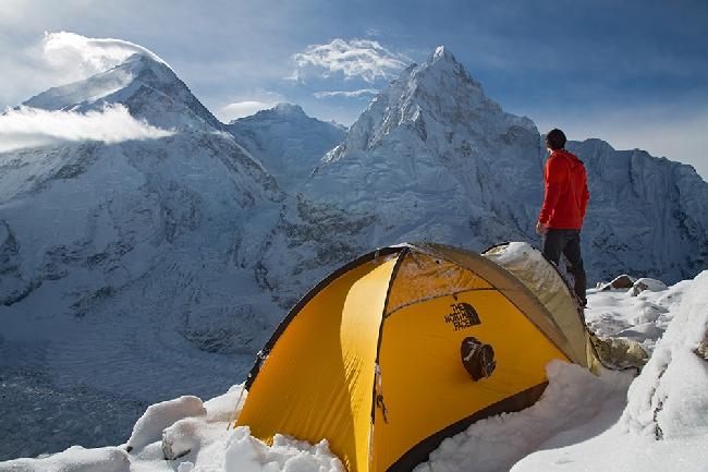 Апрель: Я (Джонатан Гриффит) во время акклиматизации. Передо мной Пумори, Эверест, Лхоцзе, Нупцзе .