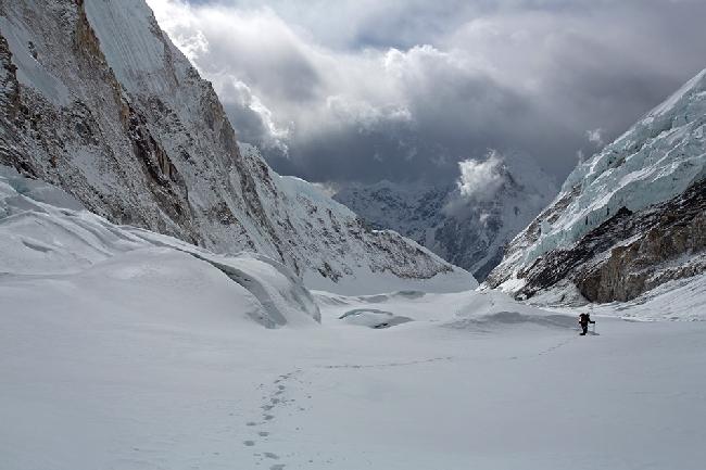 Апрель: Спасаясь от шерп мы спускались без веревок по леднику Нупцзе с большим количеством трещин и не хоженому маршруту