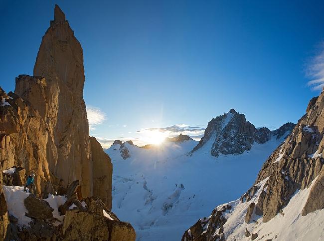 "Декабрь: Мелисса Арно при прохождении маршрута ""Chippendale"" на вершину Petit Capucin"